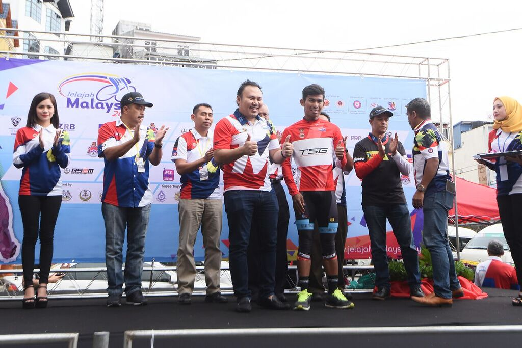 Terengganu Cycling Team, TSG's Nur Amirul retains the Best Malaysian red jersey on Stage 2. (Jelajah Malaysia)