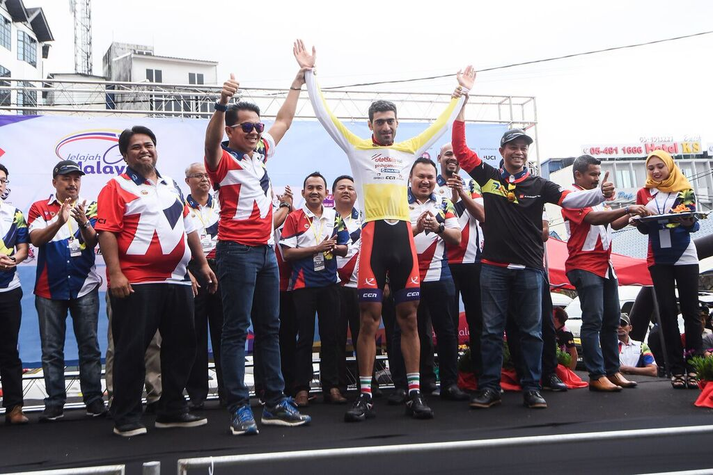 Arvin Moazami Godarzi takes over the yellow jersey from his teammate on Stage 2. (Jelajah Malaysia)