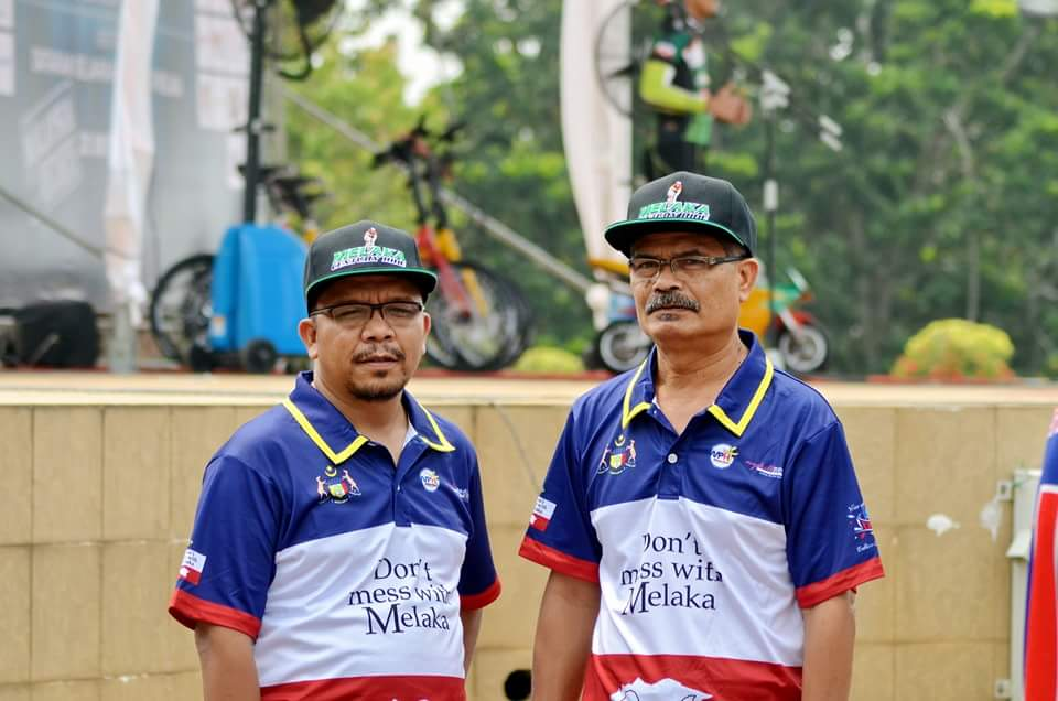 President of the Melaka International Century Ride, Datuk Wira Hj Ghazale Muhamad (right) seeks an explaination on the last-minute cancellation of the event. (Facebook)